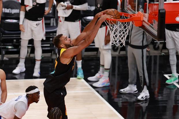 Hasil Semifinal Wilayah Playoff NBA 2021; Jazz Jauhi Clippers, Bucks Balas Kekalahan