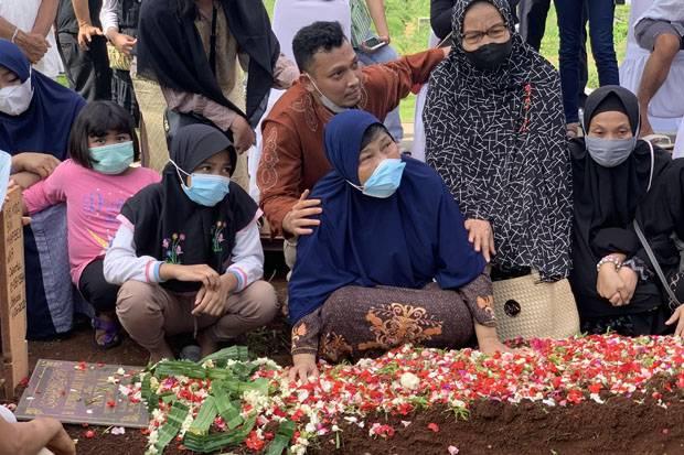 Tangisan Istri Iringi Pemakaman Markis Kido