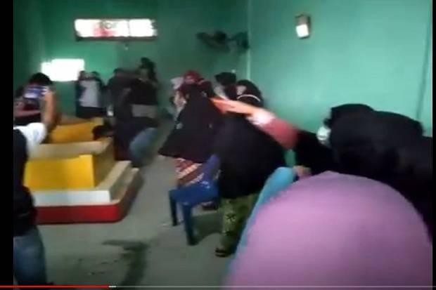 Geram Polisi Hanya Diam, Ratusan Emak-emak Gerebek Lokasi Judi Tembak Ikan