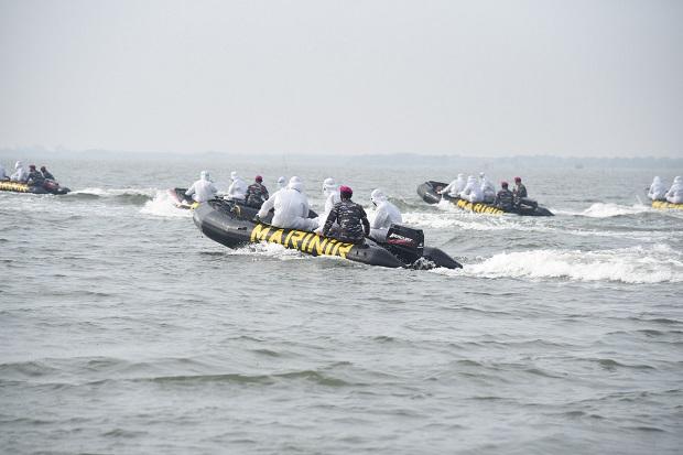 Kerahkan Puluhan Perahu Karet, Wakasal Pimpin Serbuan Vaksin di Muara Gembong