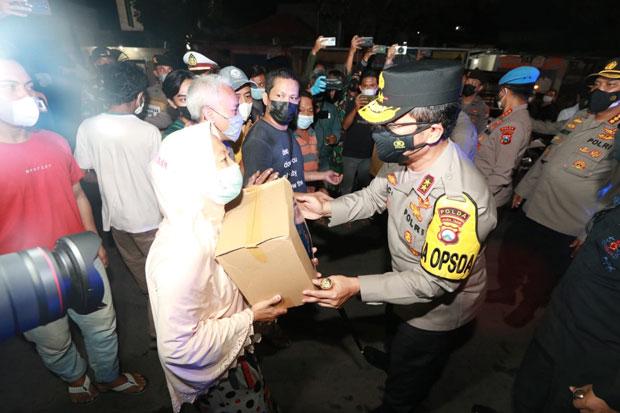 Bagikan Paket Sembako, Kapolda Jatim Ajak Masyarakat Bersinergi Lawan Corona