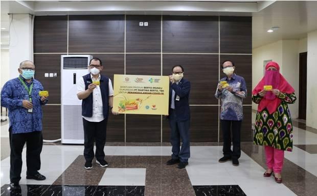 Martha Tilaar Group Peduli Serahkan 2.000 Box Berto ImunKu untuk Nakes dan Pasien di RSDC Wisma Haji