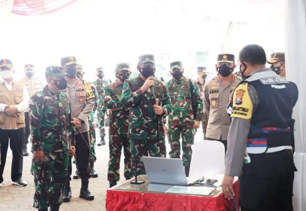 Panglima TNI Salurkan Bantuan Laptop untuk Tenaga Tracer Covid-19 di Jatim