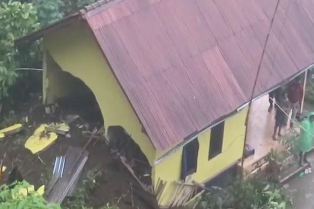 Tebing 25 Meter Runtuh Timpa Rumah di Karangasem 1 Anak Tewas Sementara Sang Ibu Patah Kaki