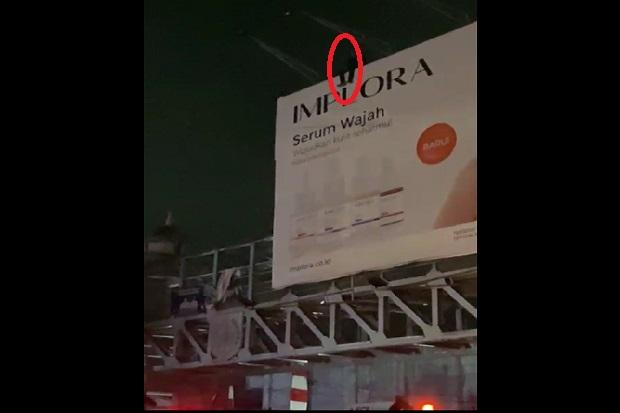 Diputus Cinta, Pemuda Tuna Wicara Coba Bunuh Diri Naik ke Papan Reklame Setinggi 10 Meter
