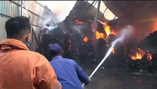 Gudang Plastik di Sidoarjo Terbakar, Lima Unit PMK Kewalahan Jinakkan Api