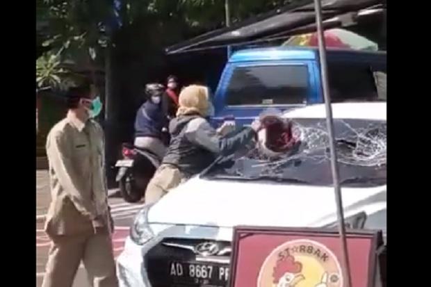 Ngawi Gempar, ASN Perempuan Ngamuk di Jalanan Pecahkan Kaca Mobil