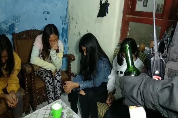 Asyik Tenggak Arak Dicampur Obat Batuk, 6 Gadis SMP dan 2 Pria Diciduk Tim Maung Galunggung