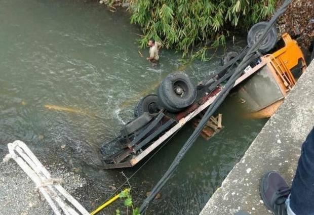 Truk Tabrak Jembatan dan Terjun ke Sungai, Sopir Tewas