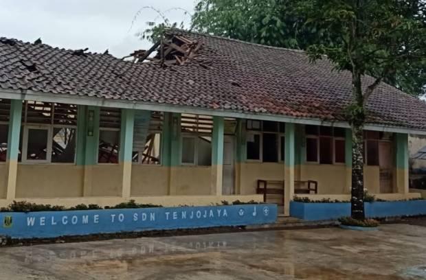 Diawali Gemuruh, Atap Bangunan Sekolah Dasar di Sukabumi Ambruk