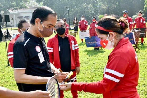 Momen Ketika Jokowi Diberi Raket dan Dimintai Tanda Tangan oleh Leani Ratri
