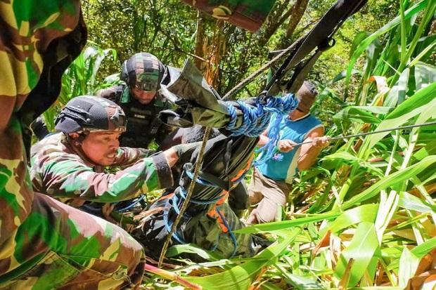 Dihujani Peluru KKB, Pasukan Raider Evakuasi Jenazah Suster Gabriela Meliani di Pedalaman Papua