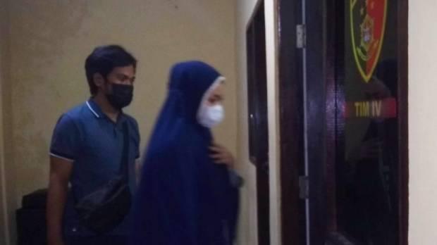 Jadi Tersangka Arisan Online dan Investasi Bodong, Mama Muda Ini Digiring ke Penjara