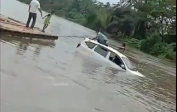 Mobil Terjun ke Sungai saat Menyeberang, 1 Keluarga Hilang