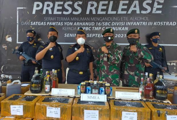 Ribuan Miras Selundupan Hasil Operasi Satgas Yonarhanud 16/SBC Diserahkan ke Bea Cukai Nunukan