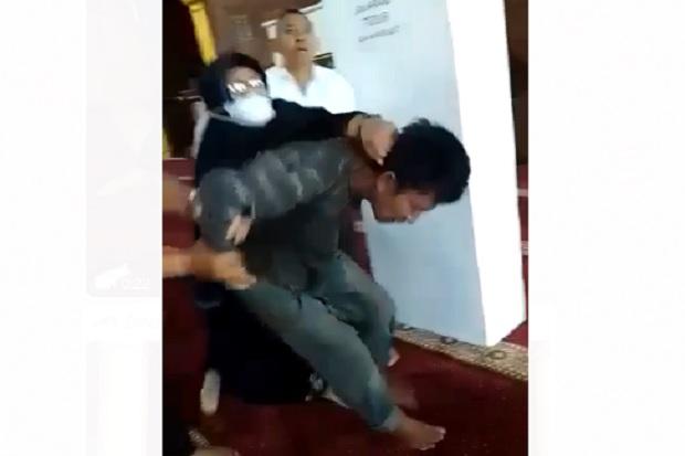 Penyerang Ustaz Berhasil Diringkus, Emak-emak Spontan Pukuli Pelaku