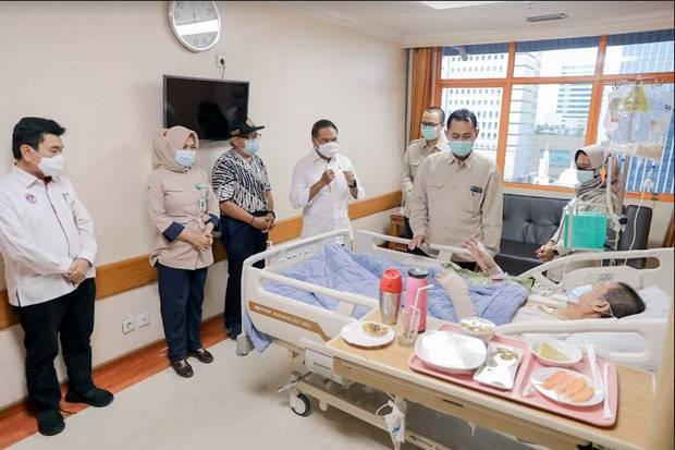 Jenguk Verawaty Fajrin, Menpora Pastikan Pemerintah Tanggung Biaya Pengobatan