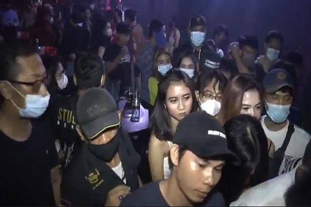 Asyik Dugem, Wanita-wanita Seksi dan Ratusan Pengunjung Diskotik Kaget Dibubarkan Polisi