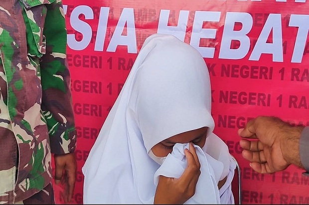 Anggota TNI Berhasil Bujuk Siswi yang Takut Disuntik Vaksin
