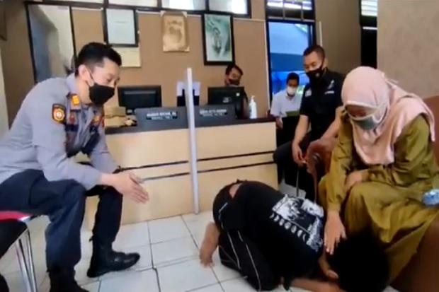 Pukuli Ibu Kandung karena Tak Diberi Uang, Anak Minta Ampun di Depan Polisi