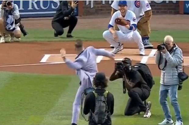Conor McGregor Diejek Lakukan Lemparan Terburuk Sepanjang Sejarah Baseball