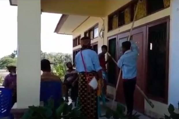 Buntut Bentrok dengan Brimob, Kantor Desa Labolewa Disegel Warga