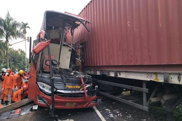 Bus Sugeng Rahayu Tabrak Truk Kontainer di Kulonprogo, 2 Penumpang Tewas