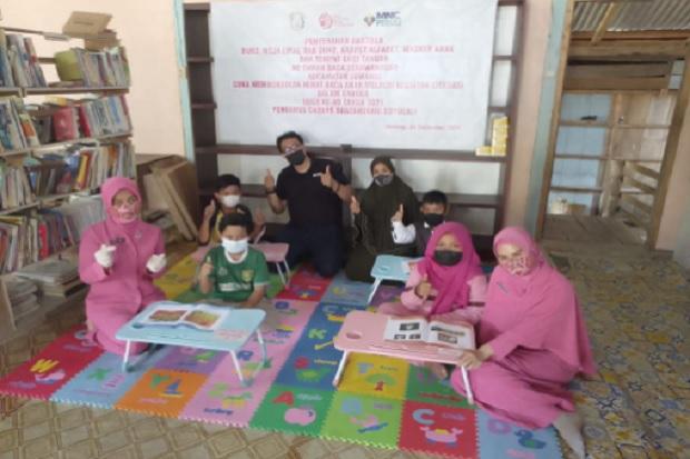 Senyum Anak-Anak Merekah, Bhayangkari Boyolali Bantu Peralatan Taman Baca Bersama MNC Peduli