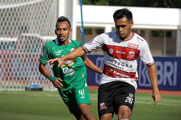 Liga 1 2021/2022: Benturan Keras dengan Bek PSS Sleman, Gelandang Madura United Dilarikan ke Rumah Sakit