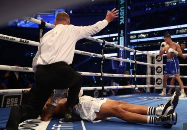 Terkapar di Ring, Castillo Dilarikan Ke RS Usai Di-KO Brutal Callum Smith