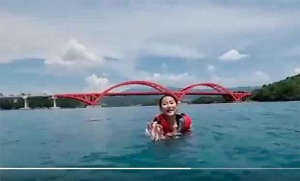 Dukung PON XX Papua 2021, Ayu Maulida Putri Berenang di Jembatan Merah Youtefa