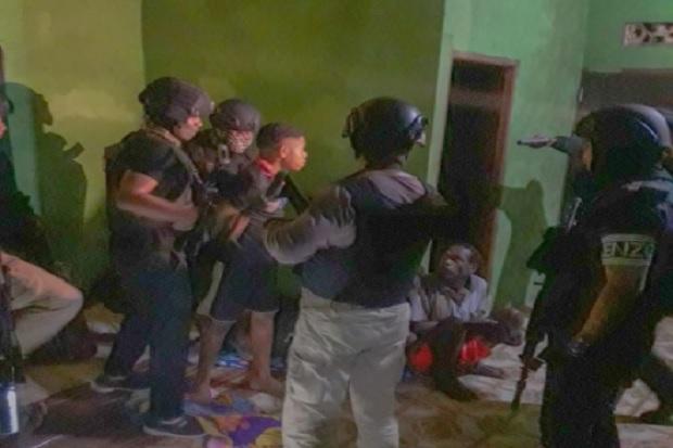 Pasukan TNI-Polri Sergap 6 Terduga Pelaku Penyerangan Posramil Kisor Maybrat Tanpa Perlawanan