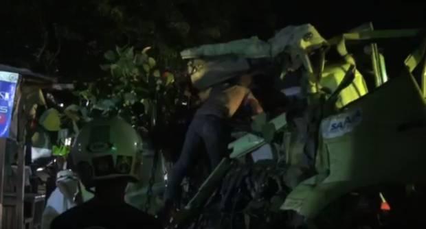 Truk Pengangkut Semen Tabrak 3 Kendaraan di Mojokerto, Sopir Terjepit Kabin