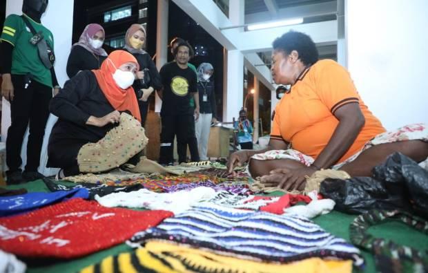 Wisata Malam di Pasar Mama-Mama Papua, Gubernur Khofifah Borong Noken