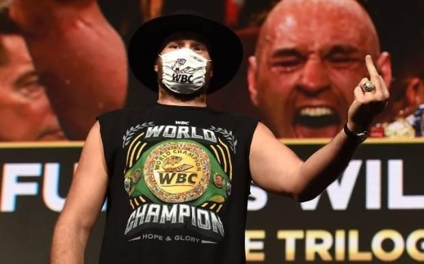 Acungkan Jari Tengah Ke Wilder, Tyson Fury: Aku Akan Menghancurkannya!