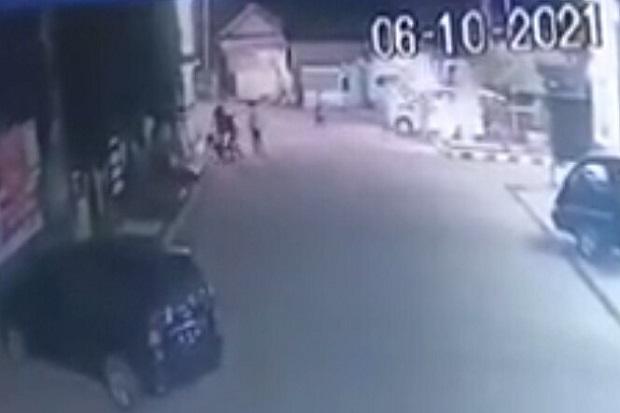 Viral! Terekam CCTV Ambulans Dipakai Lakukan Serangan Brutal Terhadap Warga di KBB
