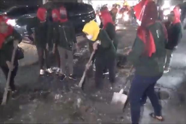 Geram Jalan Rusak Picu Kecelakaan, Emak-emak di Medan Gotong Royong Ngecor