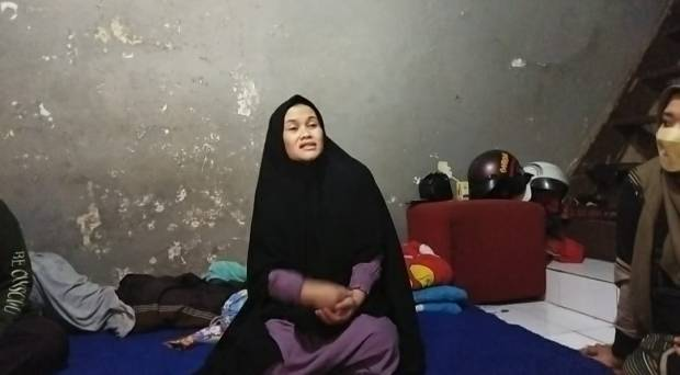Suami Tewas Ditusuk Tetangga, Titin Istri Korban Syok