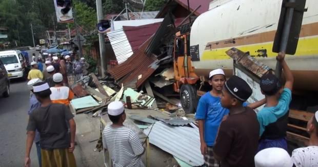 Lupa Pasang Rem Tangan saat Parkir, Truk Tangki Tabrak Rumah dan Warung