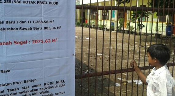 Digembok Preman, Belasan Guru di Padang Terkurung dalam Sekolah Berjam-jam