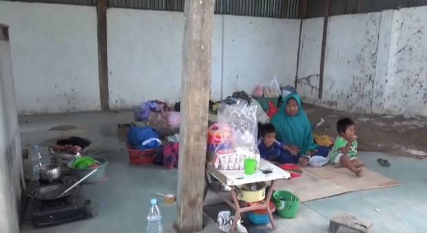 Digusur Pemilik Tanah, Nenek dan Cucunya Tinggal di Gudang Tua