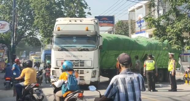 As Roda Truk Tronton Patah di Tengah Jalan, Akses Gresik-Lamongan Lumpuh 6 Jam