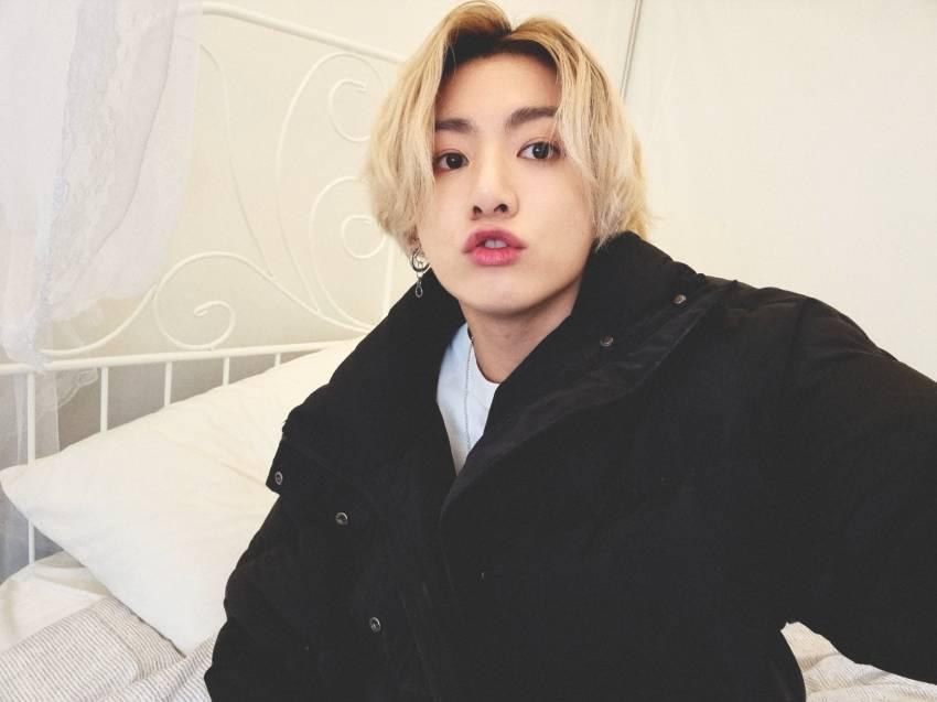Selfie Jungkook BTS jadi Trending Topic, Netizen Langsung Tahu Merek Tempat Tidurnya