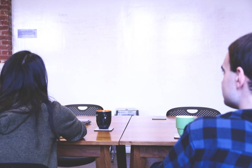 5 Cara supaya Pasangan Mau Bicara Terbuka Denganmu