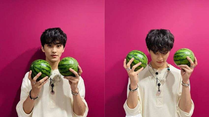 7 Bukti Mark NCT Sangat Hobi Makan Semangka