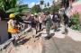 Babinsa 04 Kodim 1309/Manado Bagi dan Pasangkan Masker ke Pekerja Jalan
